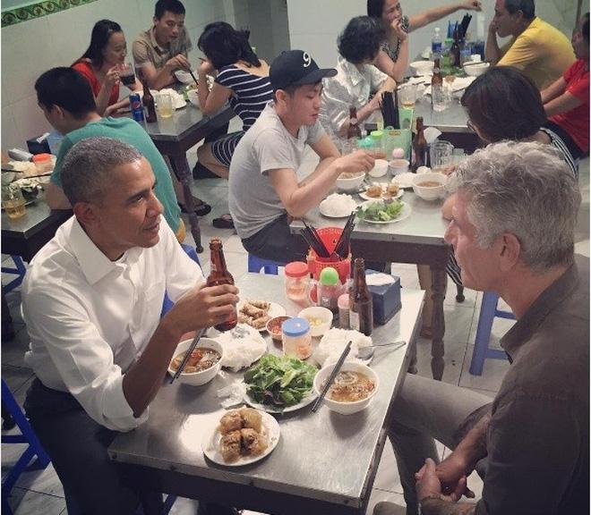 US President Barack Obama and CNN's Anthony Bourdain have dinner at a bun cha restaurant in Hanoi's Hai Ba Trung District.