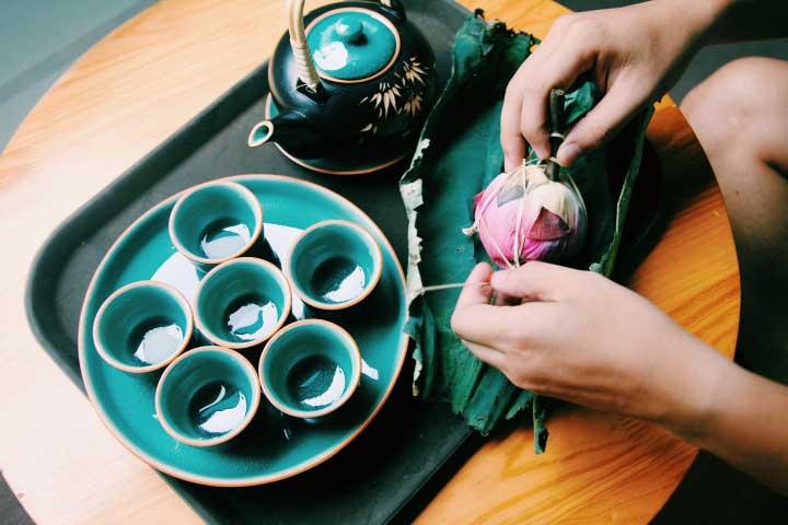 Приготовление чая из лотоса требует осторожных действий